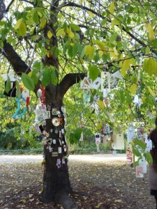 Wellcome Charm Tree curated by Elaine Duigenan with young children from Bloomsbury